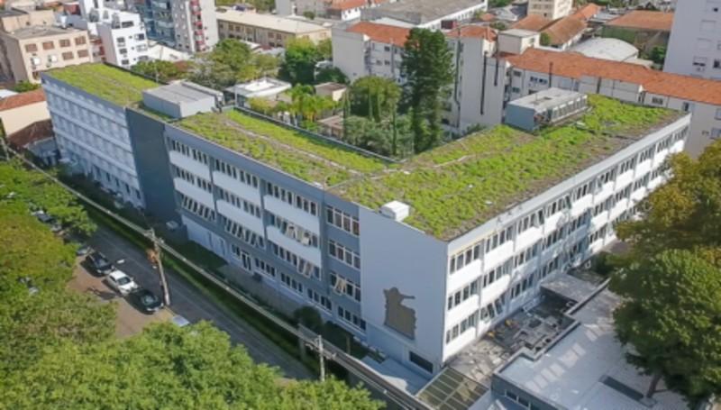 Prédio com telhado verde